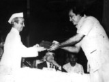 tgoverner-giving-awardthakur-chawla.jpg